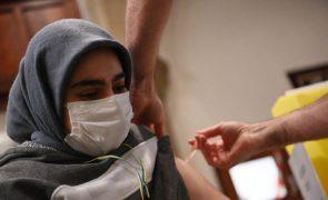 Covid-19: Reino Unido reforça campanha de vacinação junto de população étnica