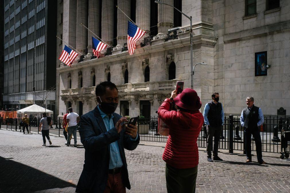 Wall Street fecha em baixa com subida do rendimento da dívida pública e do dólar