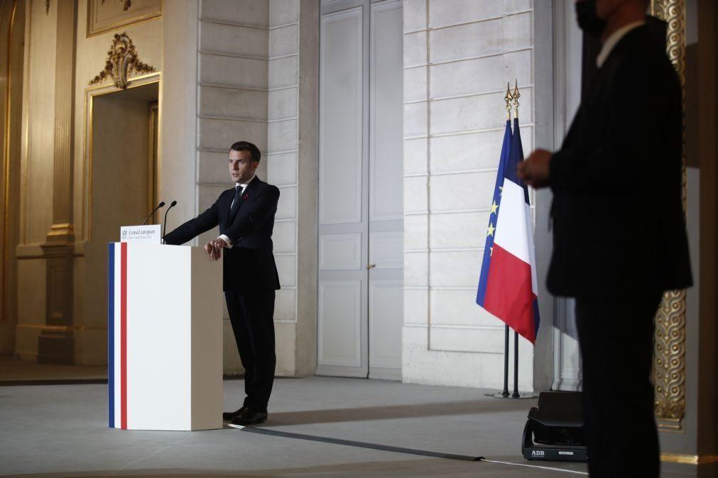 Macron anuncia hoje novas medidas contra a covid-19 e está sob pressão para fechar escolas