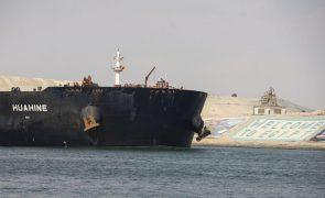 Congestionamento de embarcações continua no Canal do Suez