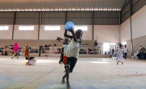 Moçambique: Após o terror e apesar da fome, crianças voltam a brincar num abrigo temporário
