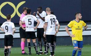 Jogadores do Valência retiram-se de campo por alegados insultos racistas a Diakhaby