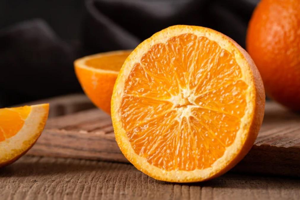 Sumo de laranja aumenta risco de ter cancro de pele, alerta estudo