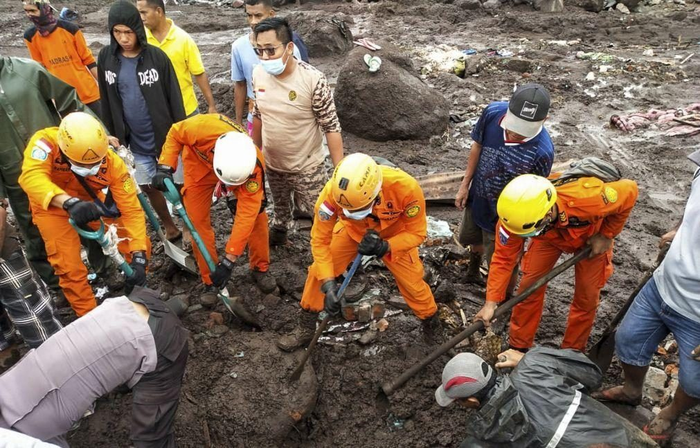 Sobe para 86 número de mortos em cheias e deslizamento de terras na Indonésia