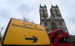 Covid-19: Vacinação no Reino Unido em desaceleração