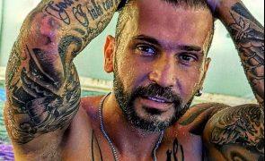 Bruno Savate eterniza os dois gatos com tatuagem especial [vídeo]