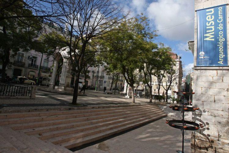 Trânsito cortado no Largo do Carmo, em Lisboa, devido a viatura considerada suspeita