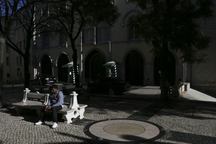 Trânsito reaberto no Largo do Carmo, em Lisboa, após ameça de bomba