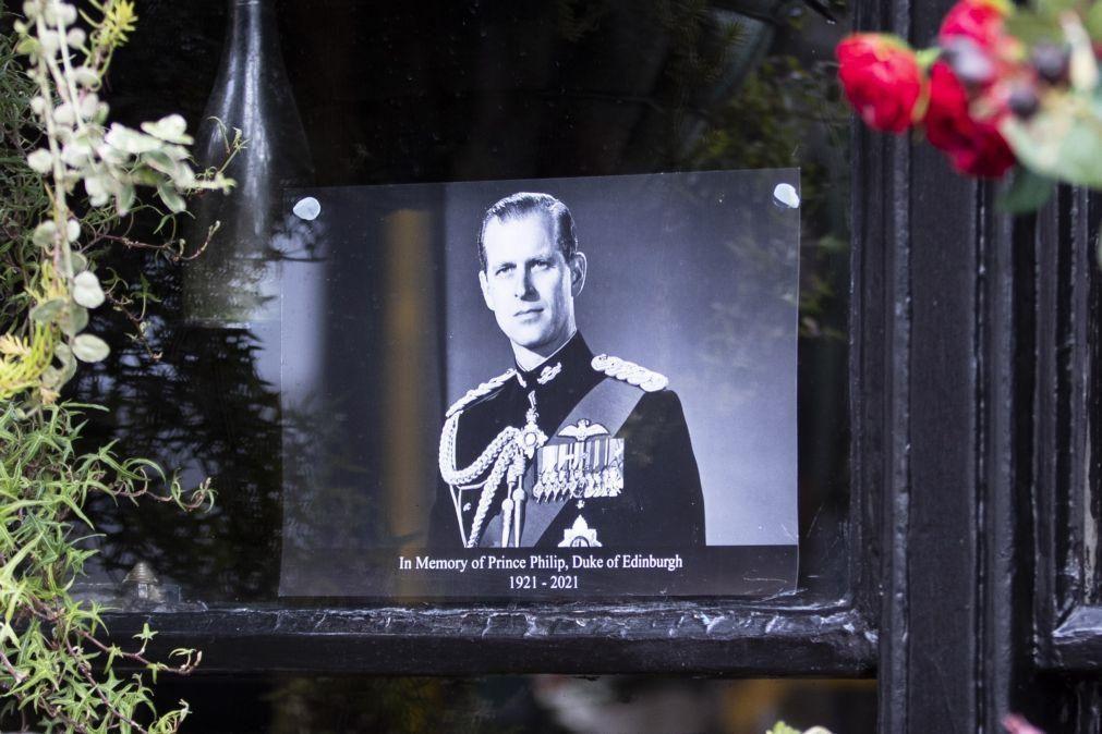 Príncipes William e Harry recordam avô como homem