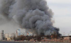 Incêndio de uma das fábricas mais antigas de São Petersburgo mantém-se ativo