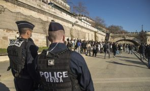 Parlamento francês aprova lei que alarga poder da polícia apesar de críticas e manifestações