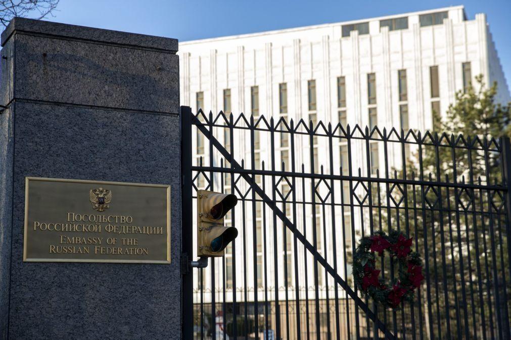 Estados Unidos anunciam novas sanções e expulsam 10 diplomatas da Rússia