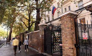 Reino Unido convoca embaixador russo face ciberataques e manobras atribuídos a Moscovo