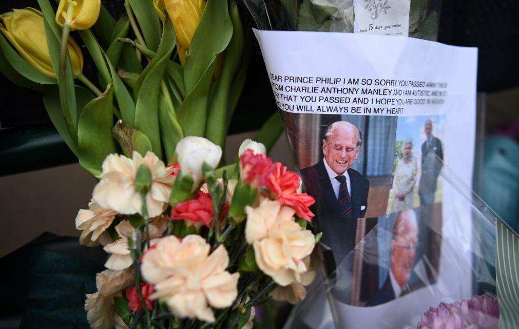 Jipe modificado pelo próprio príncipe Filipe carrega o caixão hoje no funeral