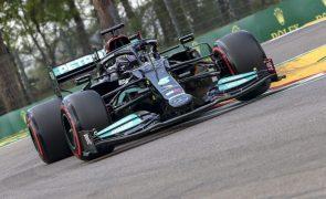 Lewis Hamilton conquista 99.ª 'pole' da carreira na Fórmula 1 em Imola