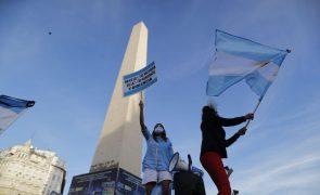 Milhares de pais e filhos protestam em Buenos Aires contra as escolas fechadas