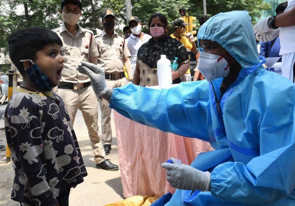 Covid-19: Índia teme colapso no sistema de saúde com recorde de novos casos e mortes