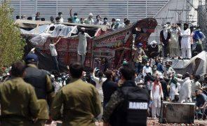 Sete polícias feitos reféns no Paquistão em protestos contra a França