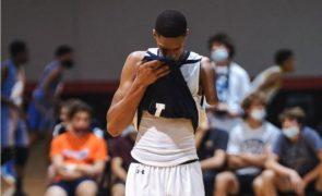 Adolescente sem braço é a nova estrela do basquetebol americano [vídeo]