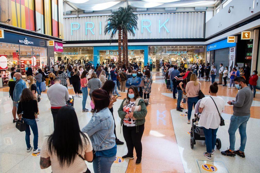 Chuva de confetti e filas na reabertura das lojas de centro comercial da Amadora