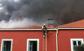 Incêndio em Paço de Arcos fez dois feridos ligeiros e está dominado