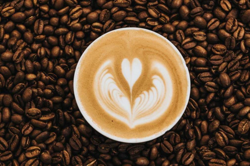 Quem bebe café tem melhor controlo motor e maior nível de atenção, diz estudo