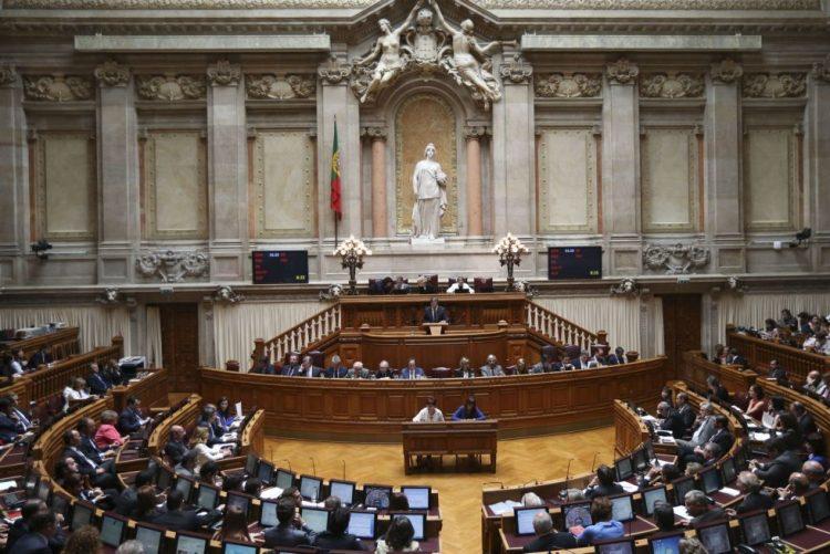 Projeto de lei sobre fim das propinas no ensino no estrangeiro vai hoje a plenário