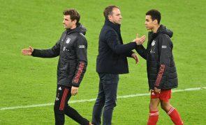 Bayern fica a uma vitória do título de campeão, Schalke despromovido