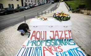 Profissionais da Cultura contestam abandono com flores e um caixão