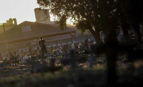 Covid-19: Pandemia já matou pelo menos 3,04 milhões de pessoas no mundo