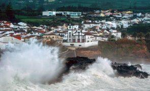 Depressão Lola causa 16 ocorrências nos Açores e fecha avenida em São Miguel