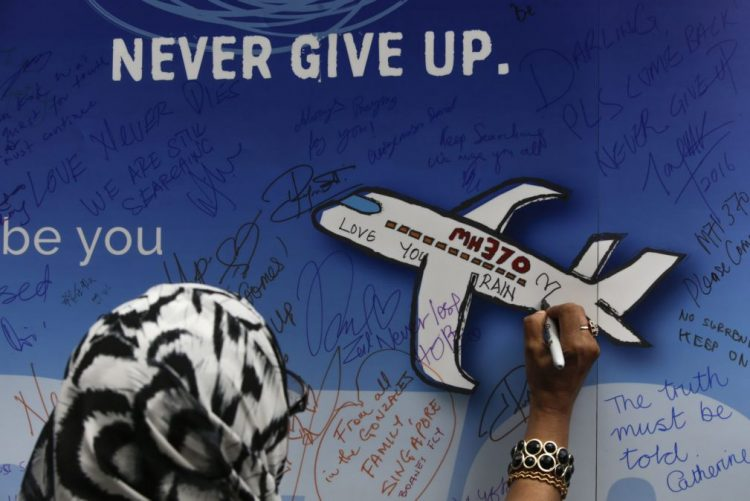 Decisão sobre prolongar buscas pelo avião do voo MH370 tomada até ao fim do mês