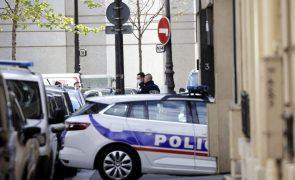 Funcionária da polícia francesa mortalmente esfaqueada, agressor abatido