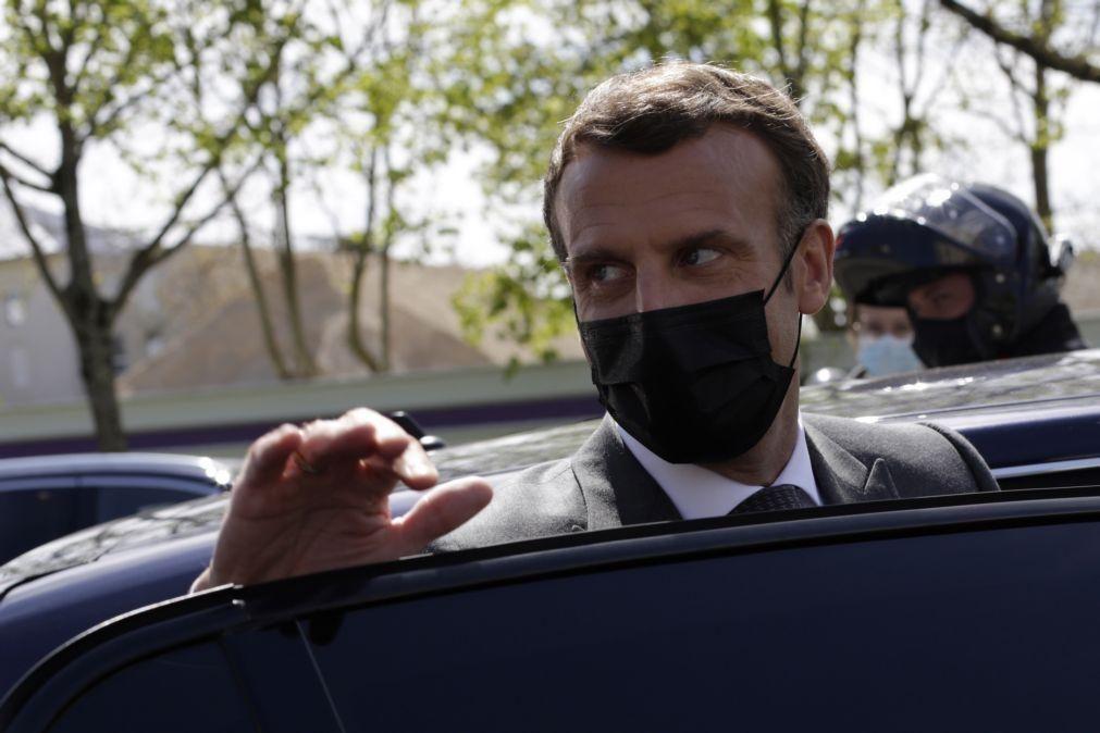 Covid-19: Emmanuel Macron prevê reduzir horário de recolher obrigatório