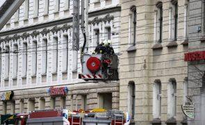 Oito mortos e nove feridos em incêndio em hostel na Letónia
