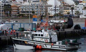 Migrações: Embarcação com 17 corpos a bordo rebocada para as Ilhas Canárias
