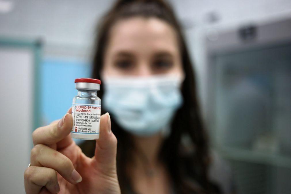 Covid-19: Moderna espera produzir três mil milhões de vacinas em 2022