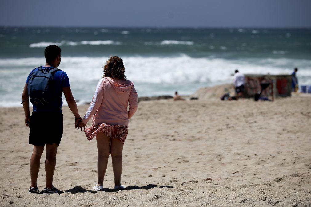Covid-19: Governo mantém regras de acesso às praias