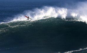 Surfista francesa Justine Dupont lança filme sobre ondas gigantes da Nazaré