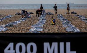 Covid-19: Praia de Copacabana coberta de sacos negros para lembrar 400 mil mortos no Brasil