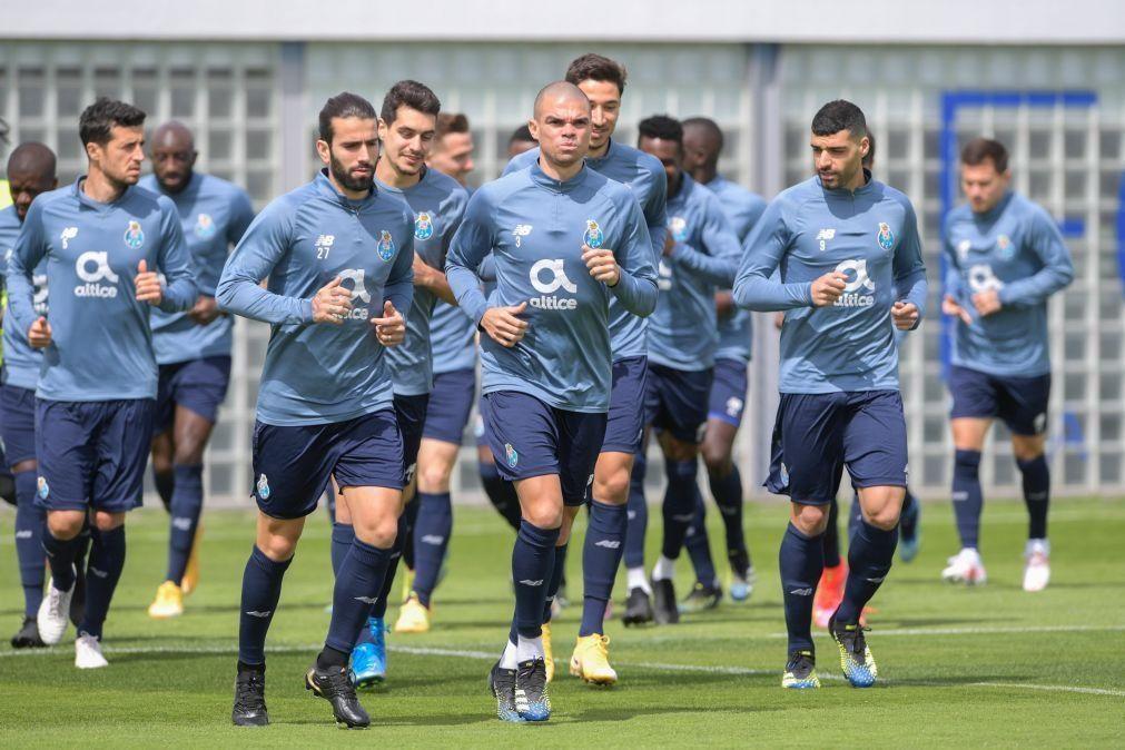 Adeptos do FC Porto fazem cordão humano para apoiar equipa e criticar arbitragem