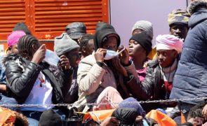 Mais de um milhar de migrantes resgatados hoje do Mar Mediterrâneo