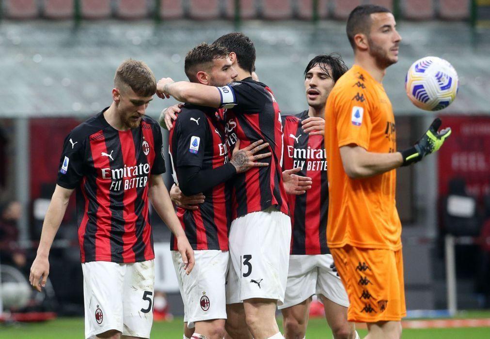 AC Milan vence Benevento e ascende ao segundo lugar da Serie A