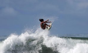 Escolas portuguesas de surf vendem aulas para apoiar crianças em São Tomé e Príncipe