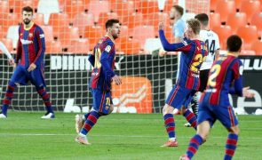 FC Barcelona dá a volta ao marcador em Valência e 'cola-se' ao Real Madrid