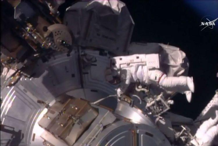 Dois astronautas da Estação Espacial Internacional iniciam saída orbital