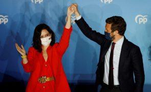 Projeções dão vitória ao PP que tem a sede em Madrid cheia de apoiantes