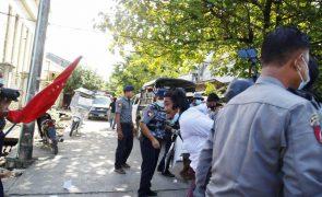 Militares proíbem televisão por satélite e ameaçam com um ano de prisão em Myanmar