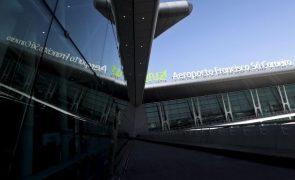 Torre de Controlo do Porto autoriza descolagem com viatura na pista