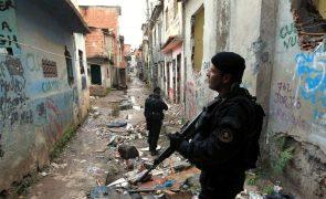 Um polícia morto e vários feridos em tiroteio durante operação contra tráfico de droga